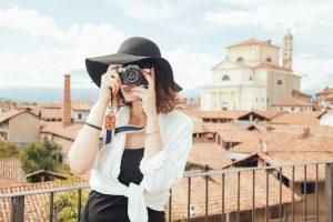 turystka z aparatem